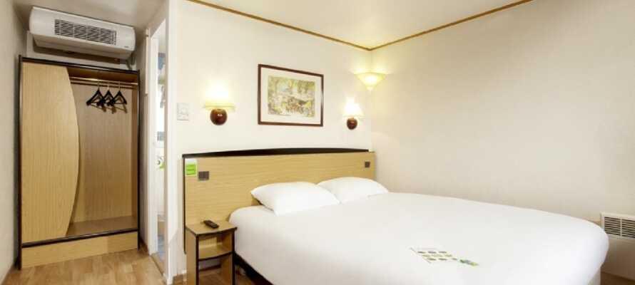 På hotellet bliver I indkvarteret i lyse værelser, som udgør en god base, for jeres ophold i Nordmandiet