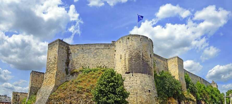 Caen har en lang historie og mange imponerende bygninger. Besøk for eksempel byens festning eller de to klostrene, som ble bygget av Vilhelm Erobreren.