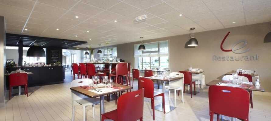 Slå er ner i hotellets restaurang och njut av god mat och dryck efter en upplevelserik dag i Normandie.
