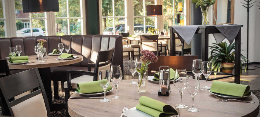 Kvällstid serverar hotellets inbjudande restaurang