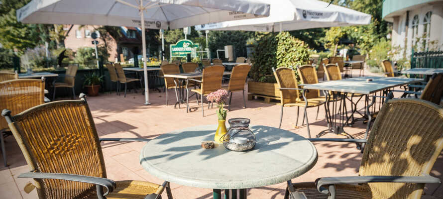 Njut av en kall öl eller ett glas vin i hotellets rustika bar och när vädret tillåter kan ni sitta ute på terrassen