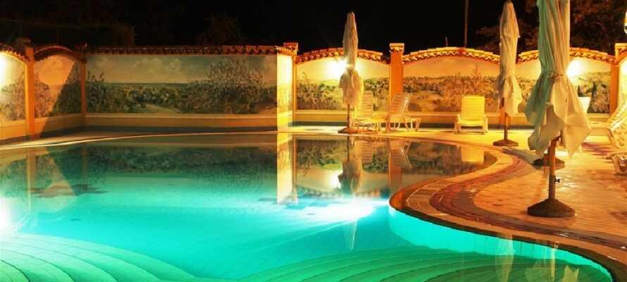 Hotellets pool, hvor I kan slappe af og nyde ferien.