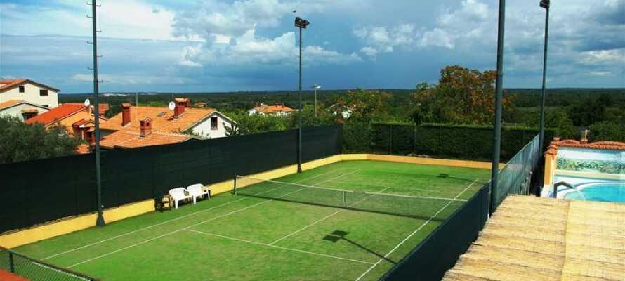 Hotellet har egen tennisbane, hvor I kan få rørt jer og få et spil mod hinanden.