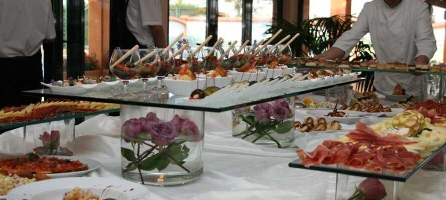 På Hotel Villa Letan kan I spise aftensmad baseret på retter fra det lokale køkken.