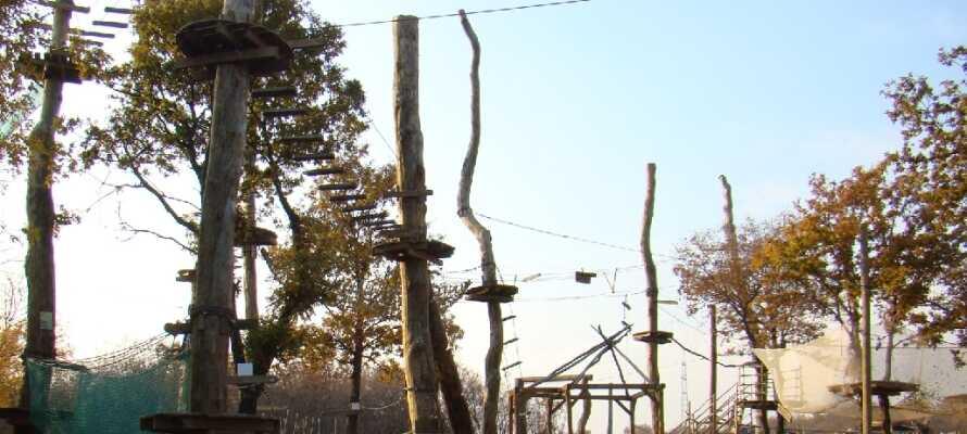 Højderne i Glavani Park byder på spændende baner og vilde gynger.