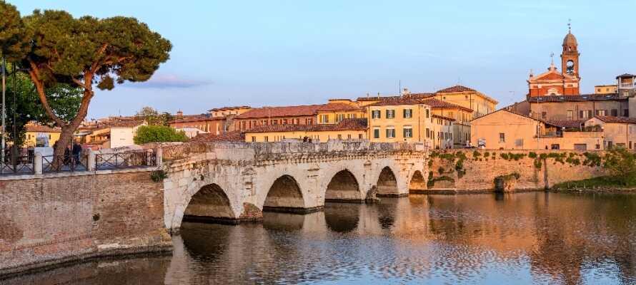 Machen Sie einen Gang über die historische Tiberiusbrücke in Rimini, die bereits im Jahr 14 v. Chr. unter Kaiser Augustus gebaut wurde.