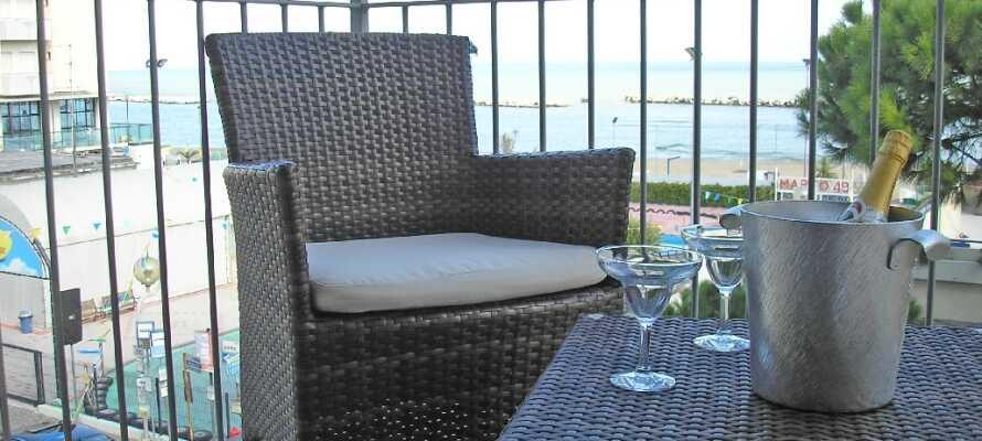 Njut av utsikten med kall förfriskning på hotellets mysiga terrass.