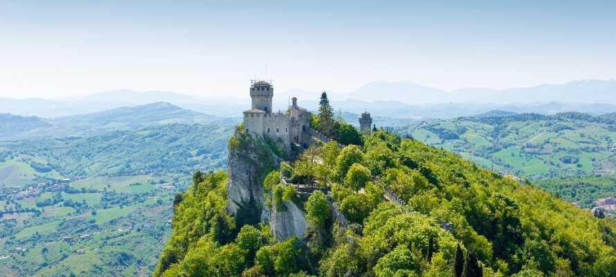 Ta en tur til et annet land! Den unike republikken San Marino ligger bare 30 km. fra hotellet.