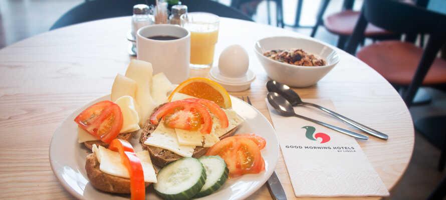 Start dagen med en god og varieret morgenbuffet, som nydes i hotellets hyggelige omgivelser.