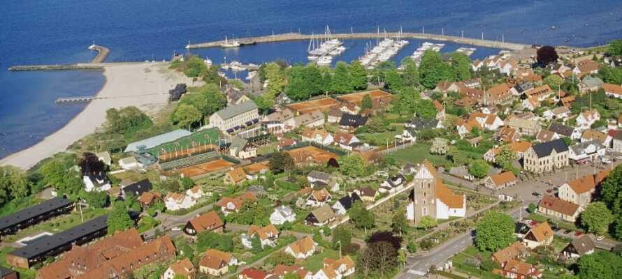 Kør en tur ned langs kysten og besøg f.eks. den populære tennis- og badeby, Båstad.