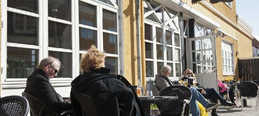 I vackert väder finns det inget bättre än att njuta av livet på hotellets terrass.