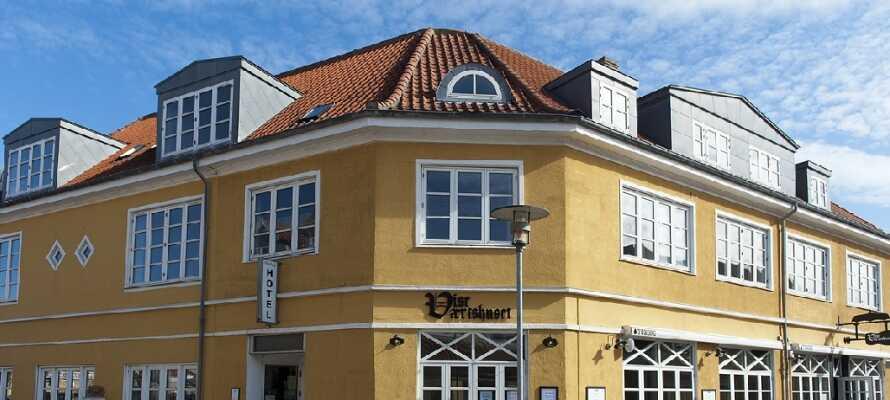 Foldens Hotel ligger lige midt i Skagen, så I kan nyde den hyggelige by.