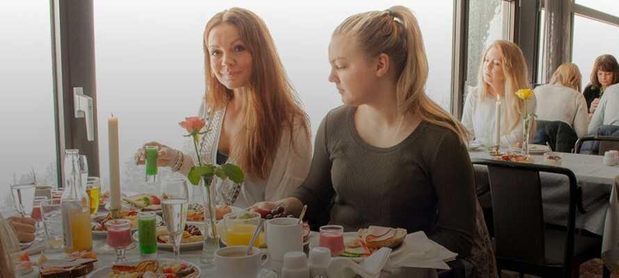 Njut av fantastisk utsikt och mat i restaurangen som varje morgon serverar en härlig frukostbuffé.
