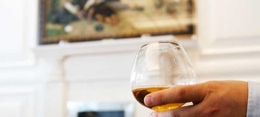 Tag en drink i hotellets bar efter en lang dag med oplevelser.