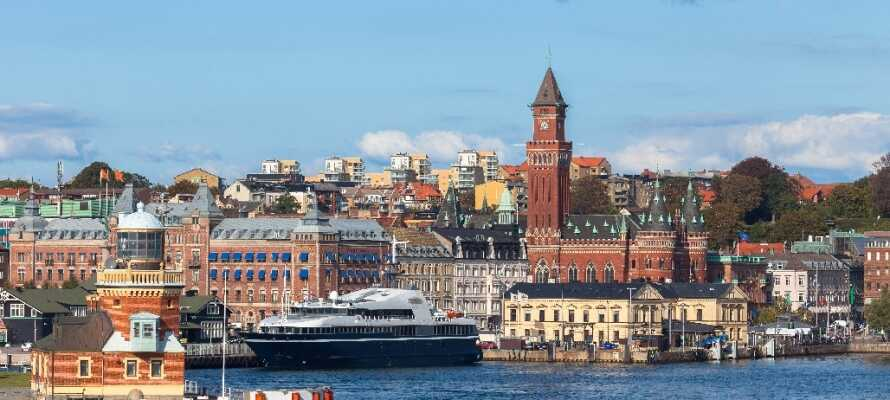 Ta turen til Helsingborg og opplev dens gamle by og det imponerende Kärnan tårn.