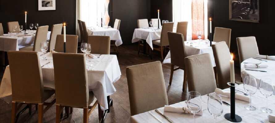 Hotellets restaurant, som ligger i stueetagen, har en fantastisk udsigt over havnen.