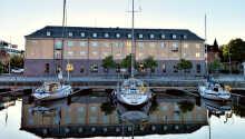 Hotellet blev bygget i 1980'erne i stil med de gamle havnelagerbygninger.