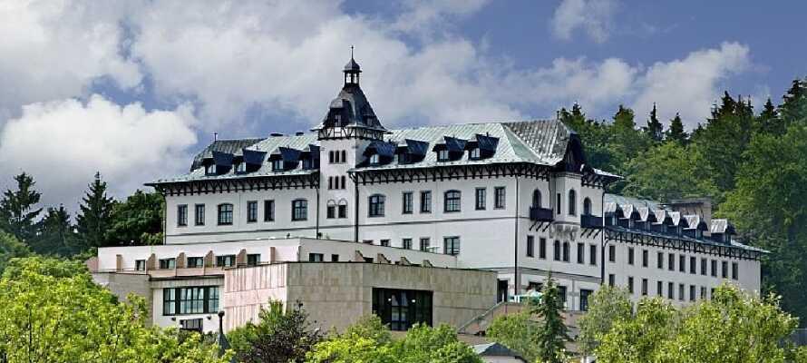 Chateau Monty SPA Resort ligger i en rolig park i grønne omgivelser.