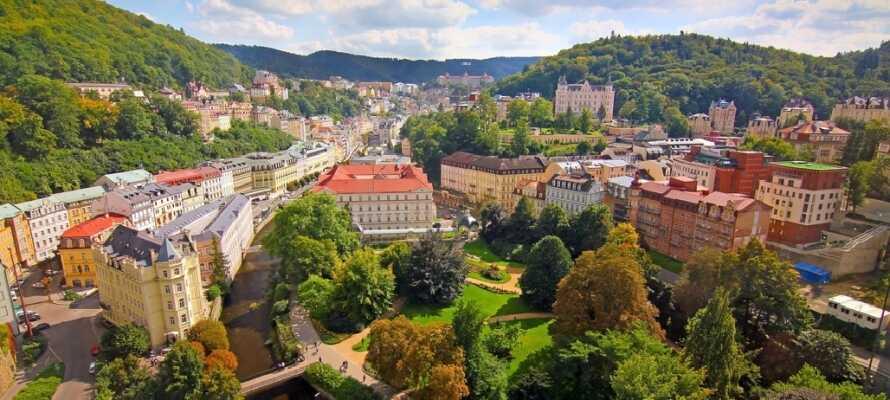Karlovy Vary är en av Tjeckiens populära kurorter och här finns vackra byggnader och ett trevligt stadsliv.