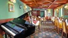 Hotellets restaurang, terass och lobbby