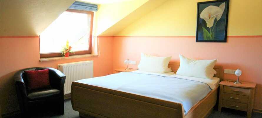 Hotellets værelser er komfortabelt indrettet, og omfatter bl.a. et hyggeligt kaffe/te-hjørne.