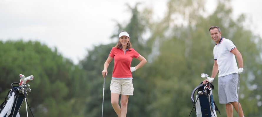 Der findes to golfbaner lige i nærheden, og opholdet inkluderer 10% rabat på green fee.