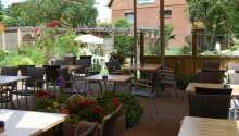 Når vejret er godt kan I nyde måltidet på hotellets hyggelige terrasse.