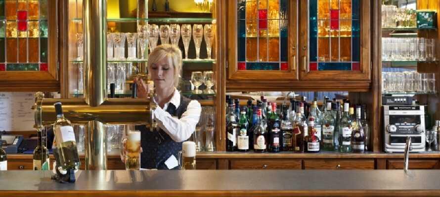 Im Hotel können Sie zu Abend essen und nachher eine Erfrischung an der Bar genießen.