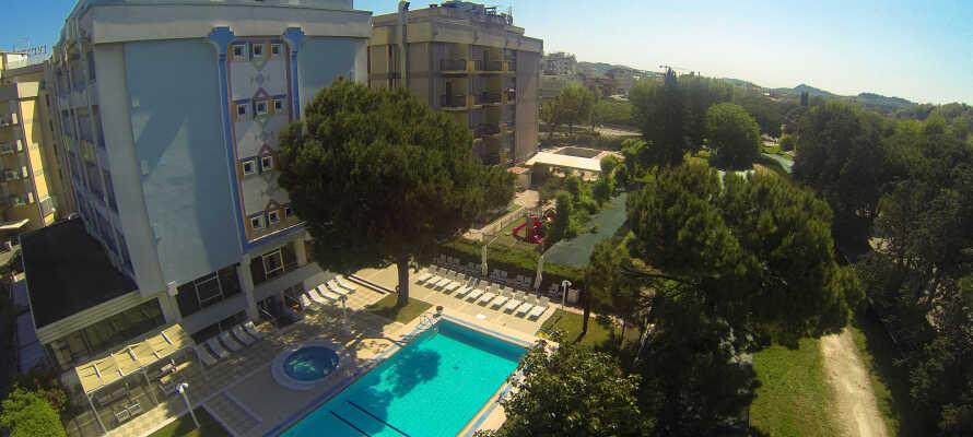 Hotel Tiffany's har en egen pool, där ni kan ta ett svalkande bad.