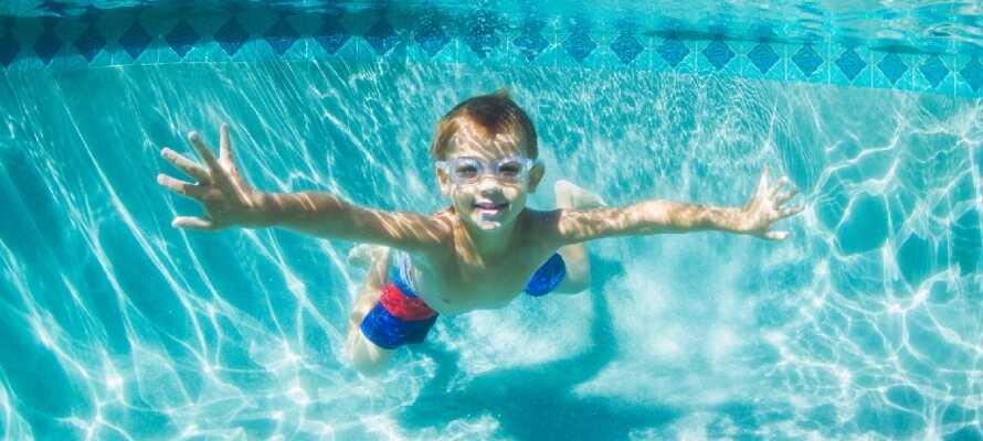 Hotellets store svømmebasseng og barneklubb gjør hotellet godt egnet for barnefamilier.