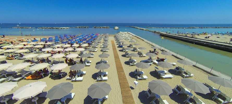 Machen Sie den kurzen Weg zum Strand hinunter. Genießen Sie das Wasser oder gehen Sie  auf der Strandpromenade spazieren.