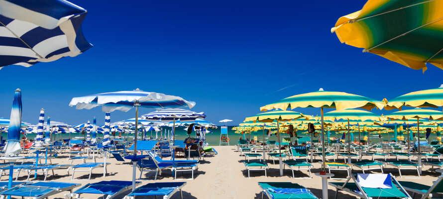 Knappe 25 kilometer fra hotellet ligger en av Italias mest populære badebyer, Rimini, som har vakre strender.