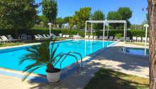 Svømmebasseng og privat strand