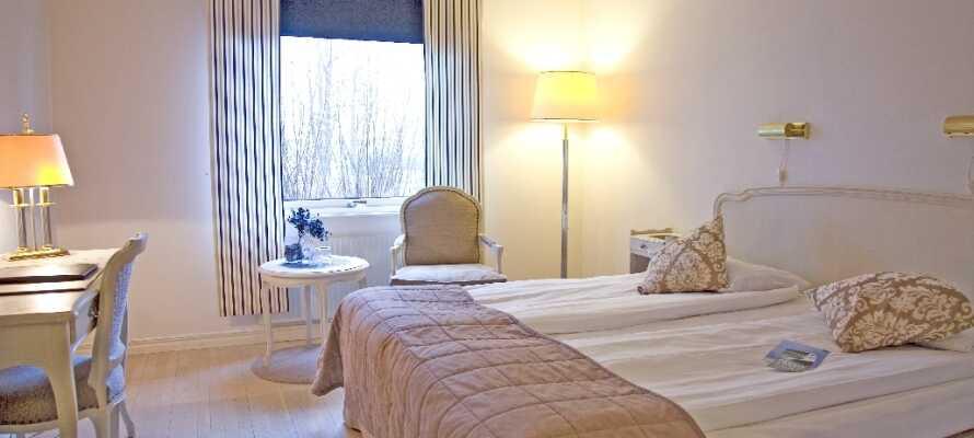 Alle hotellets værelser er indrettet i lyse farver og der venter jer et behageligt ophold.