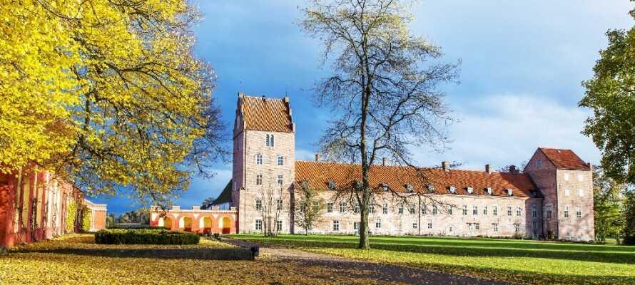 Besök Bäckaskogs Slott som är vackert beläget mellan Ivösjön och Oppmannasjön.