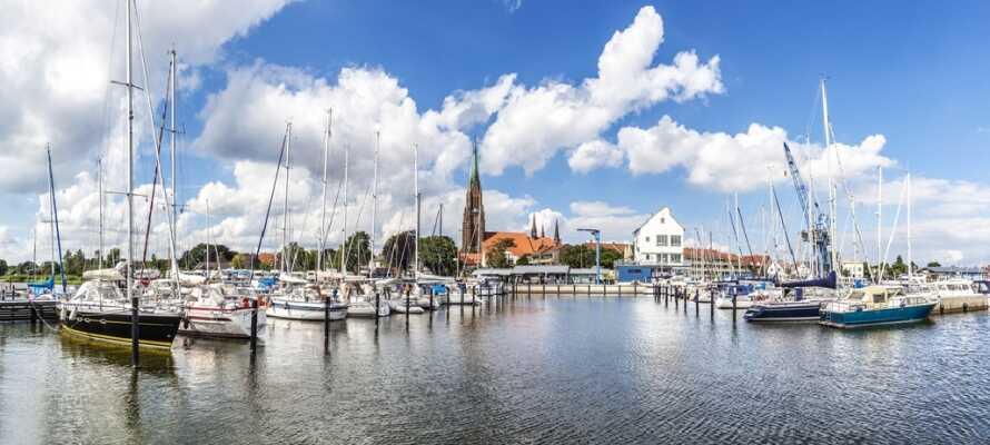Kør en tur til den hyggelige by, Slesvig, som byder på marina, hyggelige gader og flotte kirker.