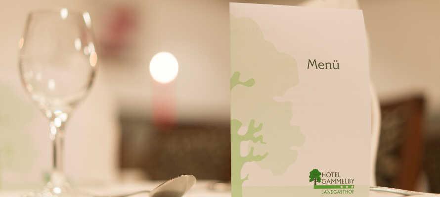 Der serveres lokale og regionale retter i hotellets hyggelige restaurant.