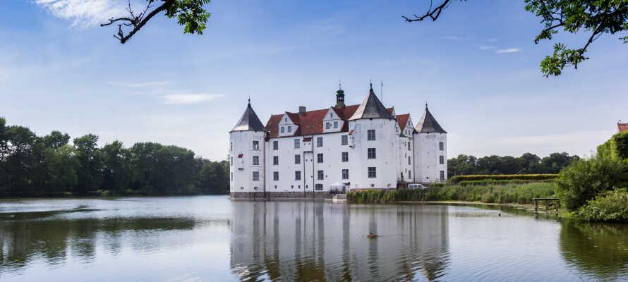 Upplev de små, charmerande lantliga byarna längs Flensburgfjorden, samt slottet Glücksburg.