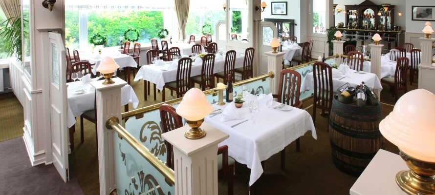 Spis en god lunsj på en av byens restauranter og nyt en middag på hotellet