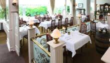 Hotellet har en restaurang som serverar middag, samt ett café och en bar med snacks och förfriskningar.