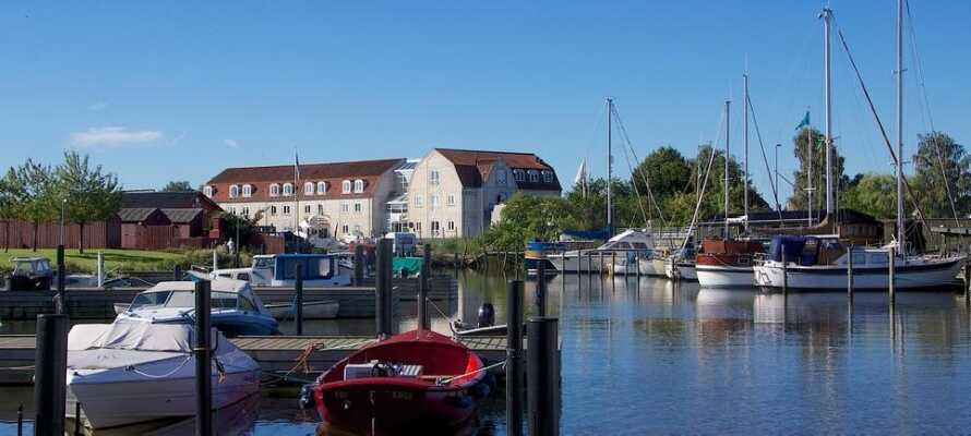 Dette 4-stjernede hotel er beliggende direkte ned til den gamle og charmerende havn i Køge.