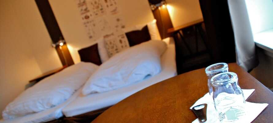 De komfortable værelser vender enten mod Køge Å eller den gamle havn og er indrettet i maritim stil.