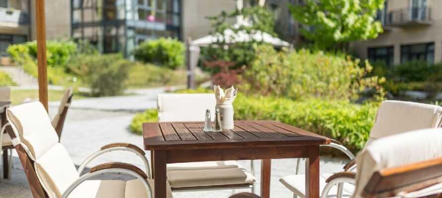 Snup en dejlig omgang morgenmad eller en let og forfriskende frokost og nyd omgivelserne på den hyggelige terrasse.