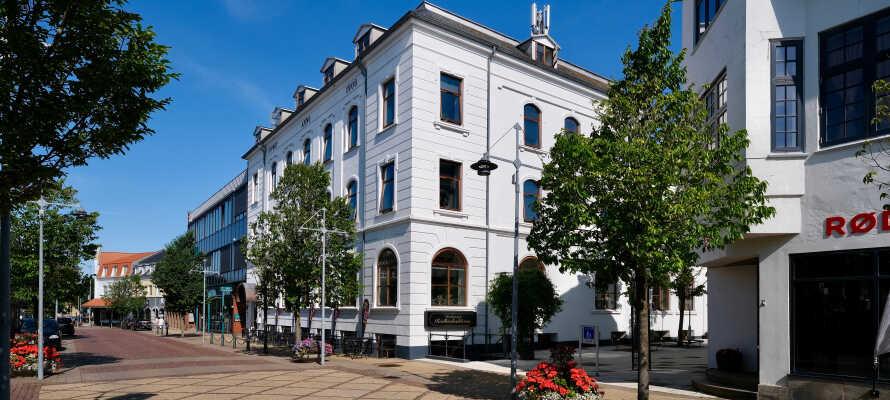 Hotel Phønix ligger midt i byen, rett ved shopping, kaféer og restauranter.