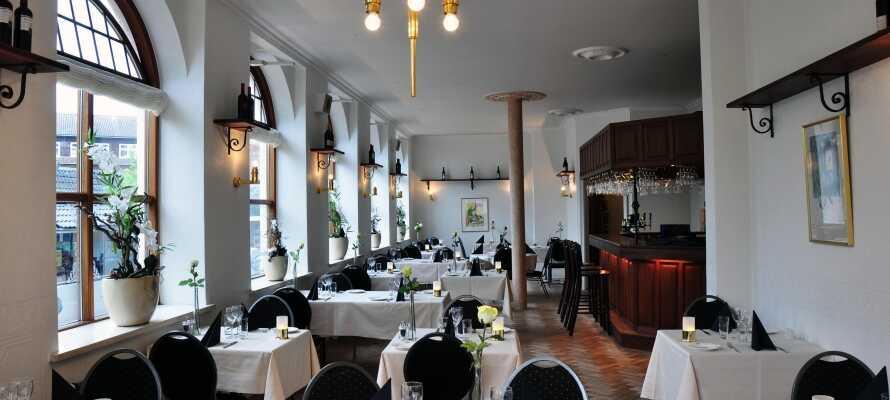 I hotellets lyse restaurant kan I spise middag og nyde et glas vin i hinandens selskab