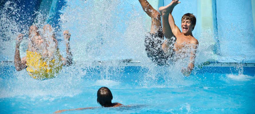 Upplev Danmarks våtaste nöjespark, Fårup Sommerland, som är kul för alla åldrar, som gillar åkattraktioner och vatten.