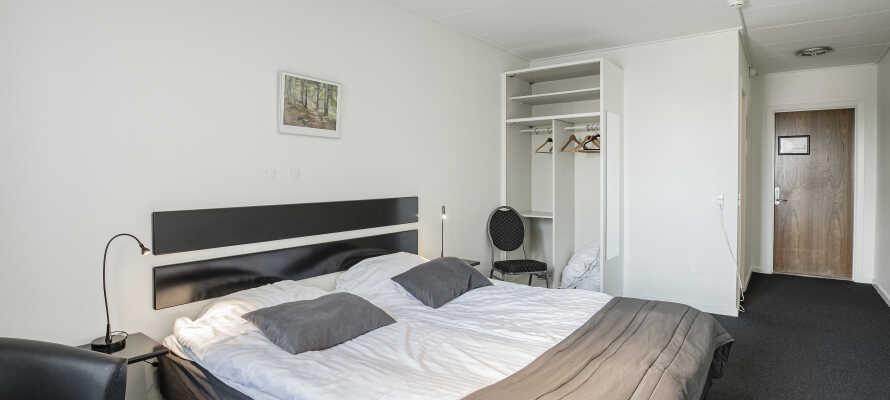 Hotellets værelser er lyse og rummelige og skaber en god base for jeres ophold i Brønderslev