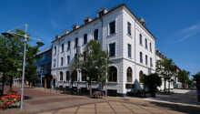 Hotel Phønix ligger midt i byen, tæt på shopping, caféer og restauranter.