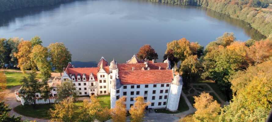 Hotellet ligger vid sjön Krangener och här kan ni njuta av en slottssemester i vacker och rogivande miljö.