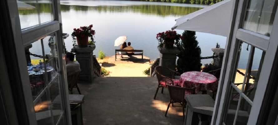 Hotellets terrasse lige ned til søen er et godt sted at slappe af.